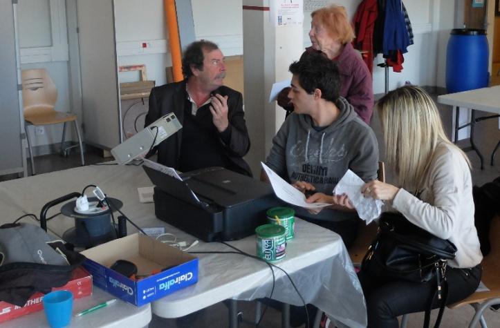 Maurice, Antony et des visiteurs à l'informatique.