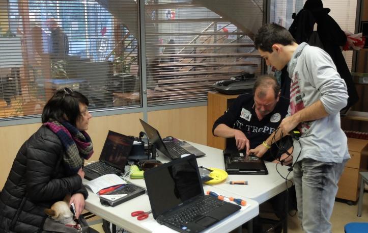 Fichue chearnière de PC portable... avec notamment Maurice W et Anthony.